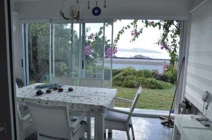 Kale Ve Deniz Manzaralı,geniş Bahçeli,full Eşyalı 90m2 2+1 Daire