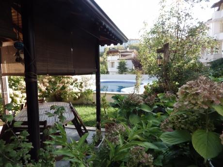 Eskidji'den Bahçecikte Doğa İçerisinde Manzaralı Havuzlu Villa